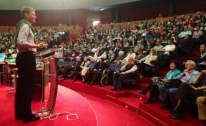 Christian Felber ante el público del congreso de la Fundación Valores